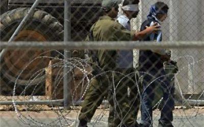 أسرى فلسطين: 190 حالة اعتقال خلال نيسان بينهم 35 طفلاً وسيدتين واستشهاد أسير