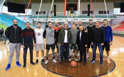منتخب فلسطين لكرة السلة يعسكر في الصالة الرياضية في الجامعة