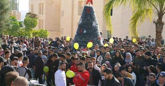 محافظ جنين يضيء شجرة الميلاد في الجامعة الأمريكية