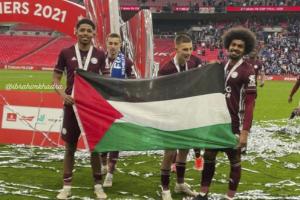 """لاعبو """"ليستر سيتي"""" يدعمون الفلسطينيين بعد التتويج"""
