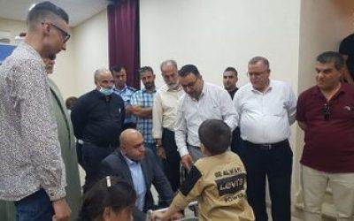 محافظ جنين يسلم كراسي متحركة لذوي إعاقة وجهاز غسيل كلى لمستشفى الشهيد خليل سليمان الحكومي