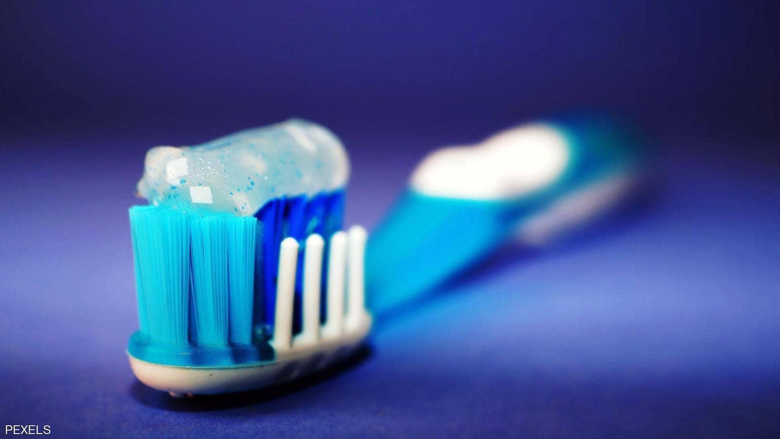 عند تنظيف أسنانك.. علامة تكشف أنك معرض لنوبة قلبية